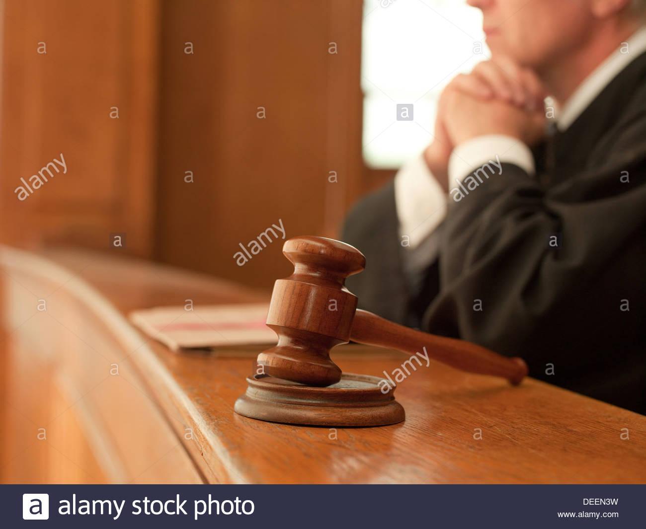 Juge et gavel, dans la salle d'audience Photo Stock