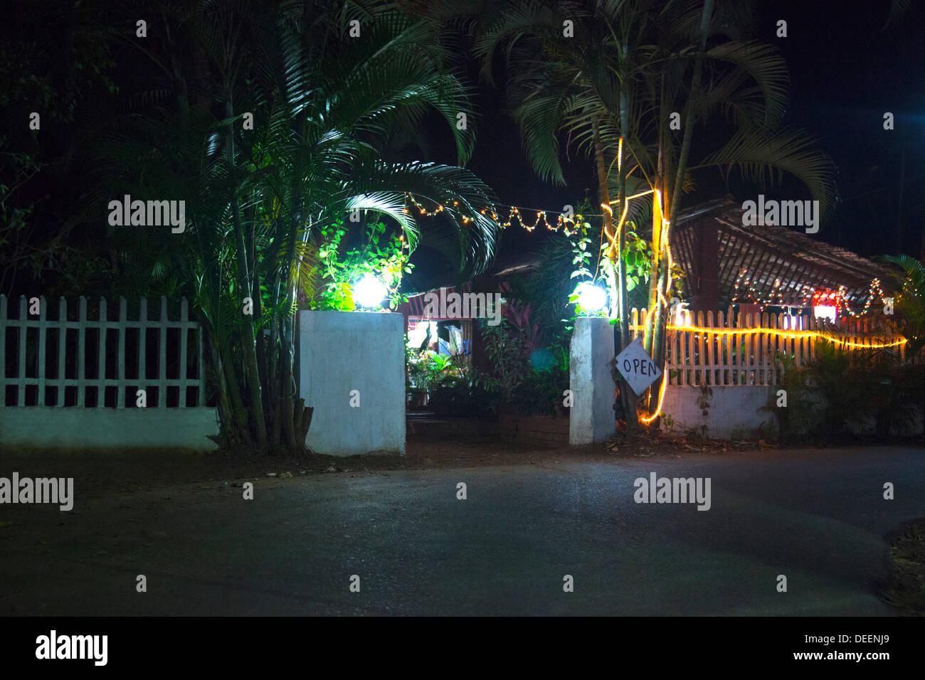 Entrée d'un restaurant éclairé la nuit, Papa Joe's Restaurant, Panaji, Goa, Inde Photo Stock
