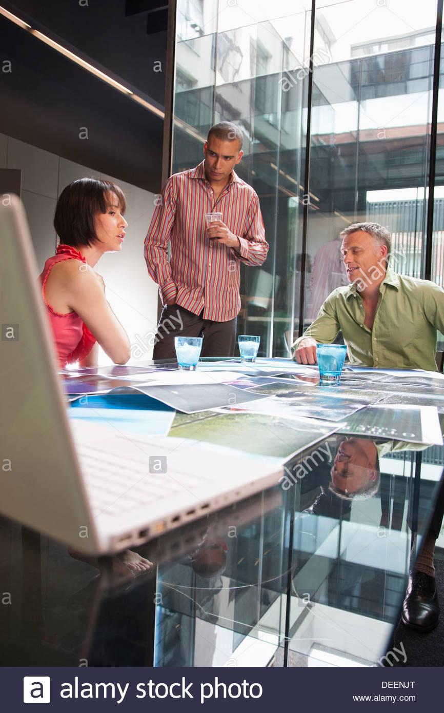 Trois hommes d'affaires dans un bureau Photo Stock