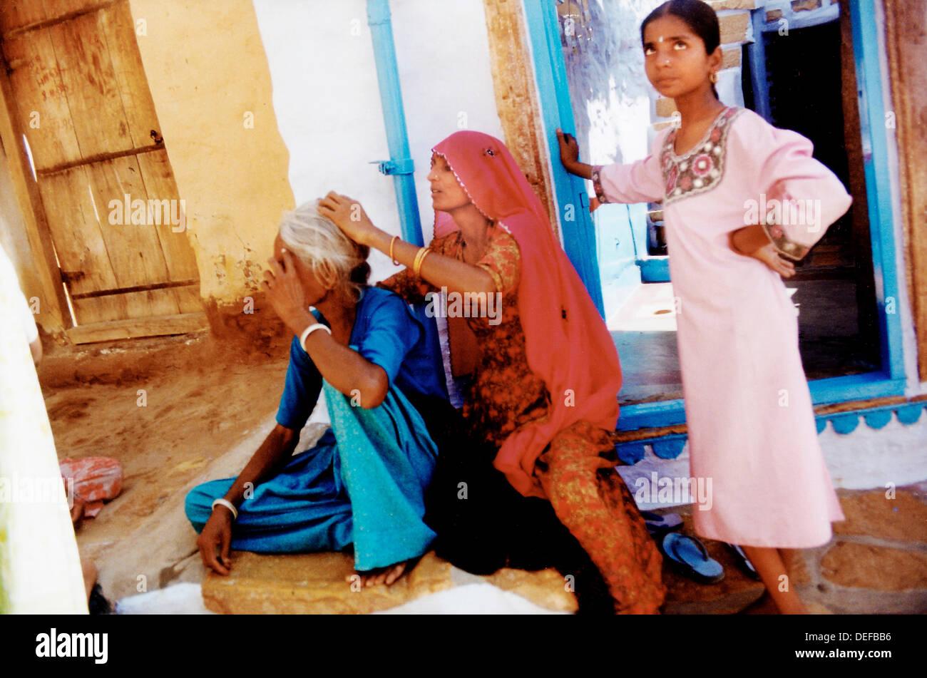 Trois génération de femmes indiennes. Jaisalmer. L'Inde Photo Stock