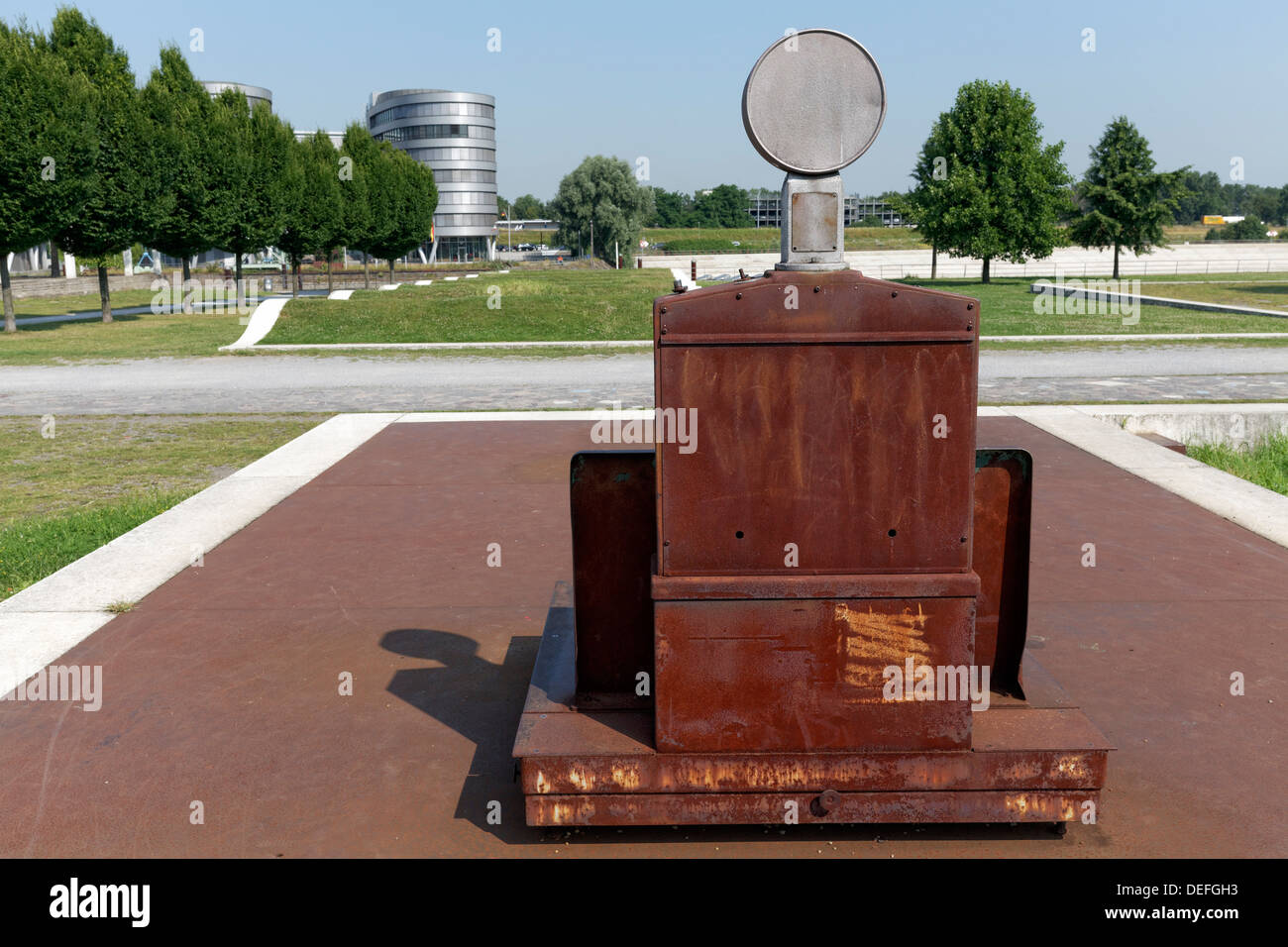 Échelles rouillées, Jardin des souvenirs par Dani Karavan, Innenhafen, Duisburg, Ruhr, Rhénanie du Nord-Westphalie, Allemagne Photo Stock