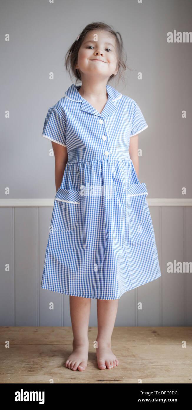 Jeune fille en uniforme lors de la première journée d'école Photo Stock