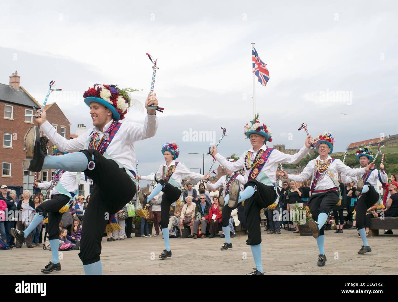 Danseurs Morris à Whitby Semaine folklorique, Yorkshire, Angleterre, Royaume-Uni Banque D'Images
