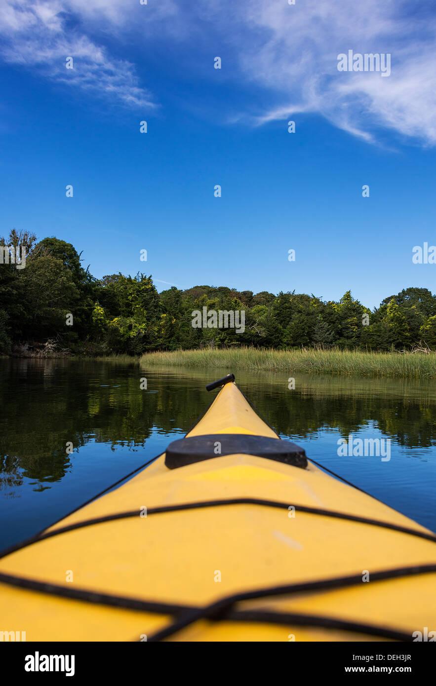 Kayak point de vue de la voie navigable côtière, Cape Cod, Massachusetts, USA Photo Stock