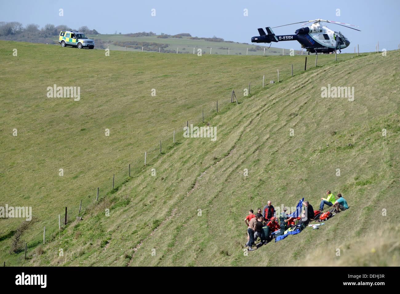 Kent Air Ambulance qui fréquentent les lieux d'un accident de parapente, Mont Caburn Lewes, East Sussex Photo Stock