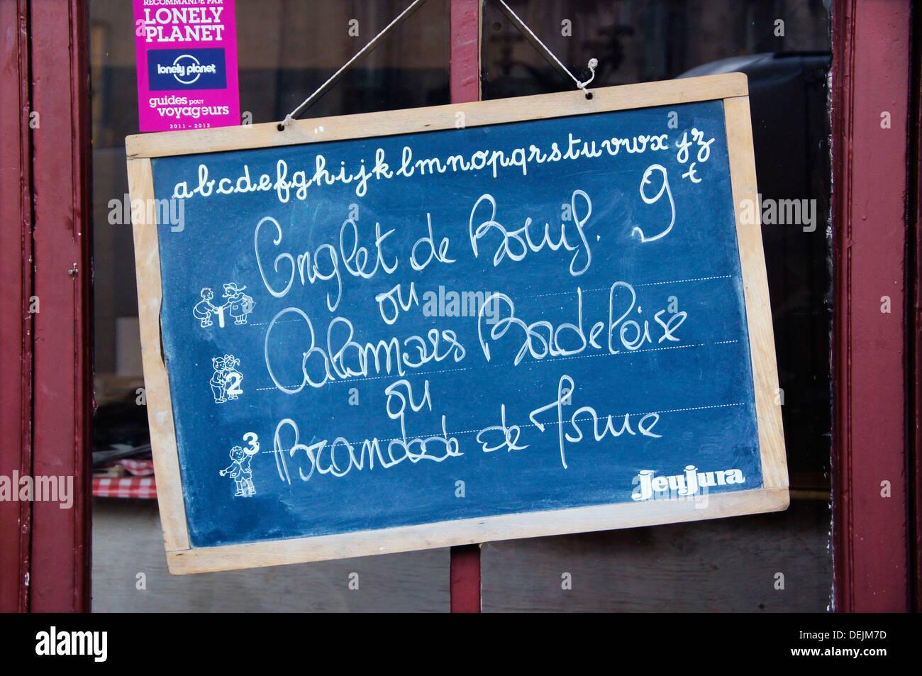 """La France. L'Aquitaine. Gironde. L'alimentation: restaurant sign avec 'Onglet', 'Calamars"""" et """"brandade de morue"""", Banque D'Images"""
