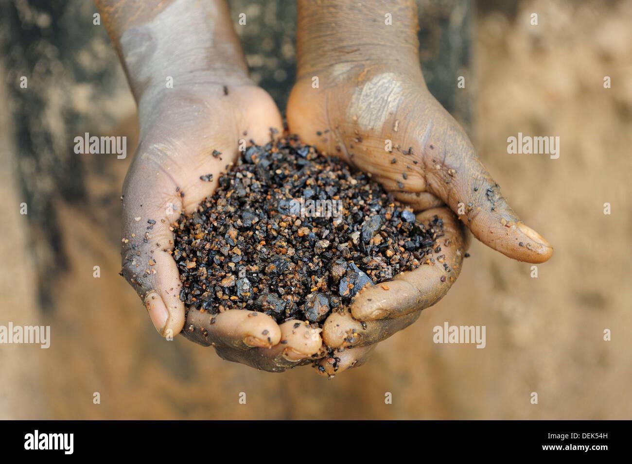 Miner avec les mains pleines de coltan minerai métallique, Muhanga mines de coltan, le Rwanda, l'Afrique Photo Stock
