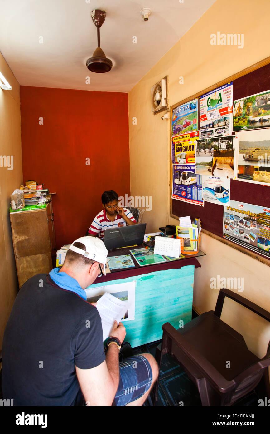 Man reading a brochure en l'office de Tour Planner, Goa Tours Planner, Calangute, North Goa, Goa, Inde Photo Stock