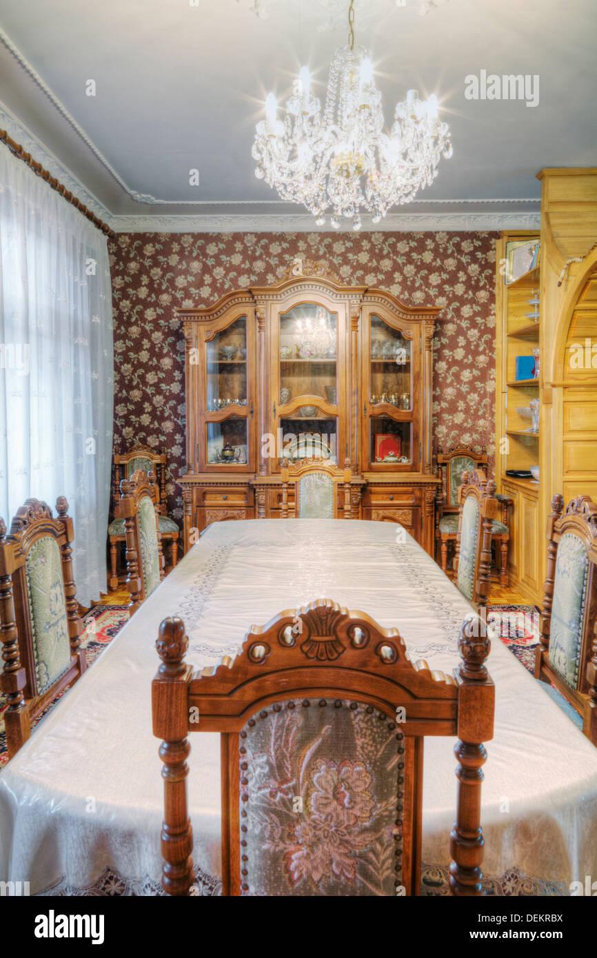 Table de salle à manger et salle à manger dans la huche Photo Stock