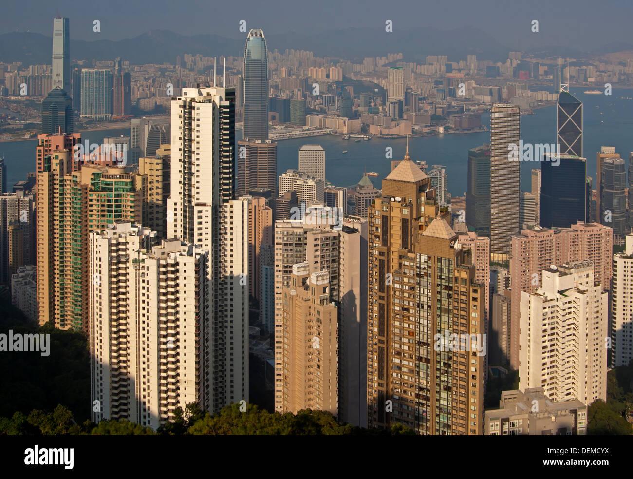 Vue sur les gratte-ciel dans le centre de district et le port de Victoria à Kowloon, Hong Kong Banque D'Images