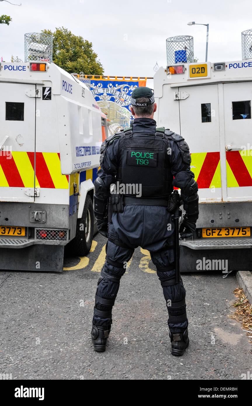 Belfast, en Irlande du Nord, 21 septembre 2013 - Un policier de la Groupe de soutien tactique regarde les membres et sympathisants de l'ordre d'Orange Crédit: protestation Stephen Barnes/Alamy Live News Photo Stock