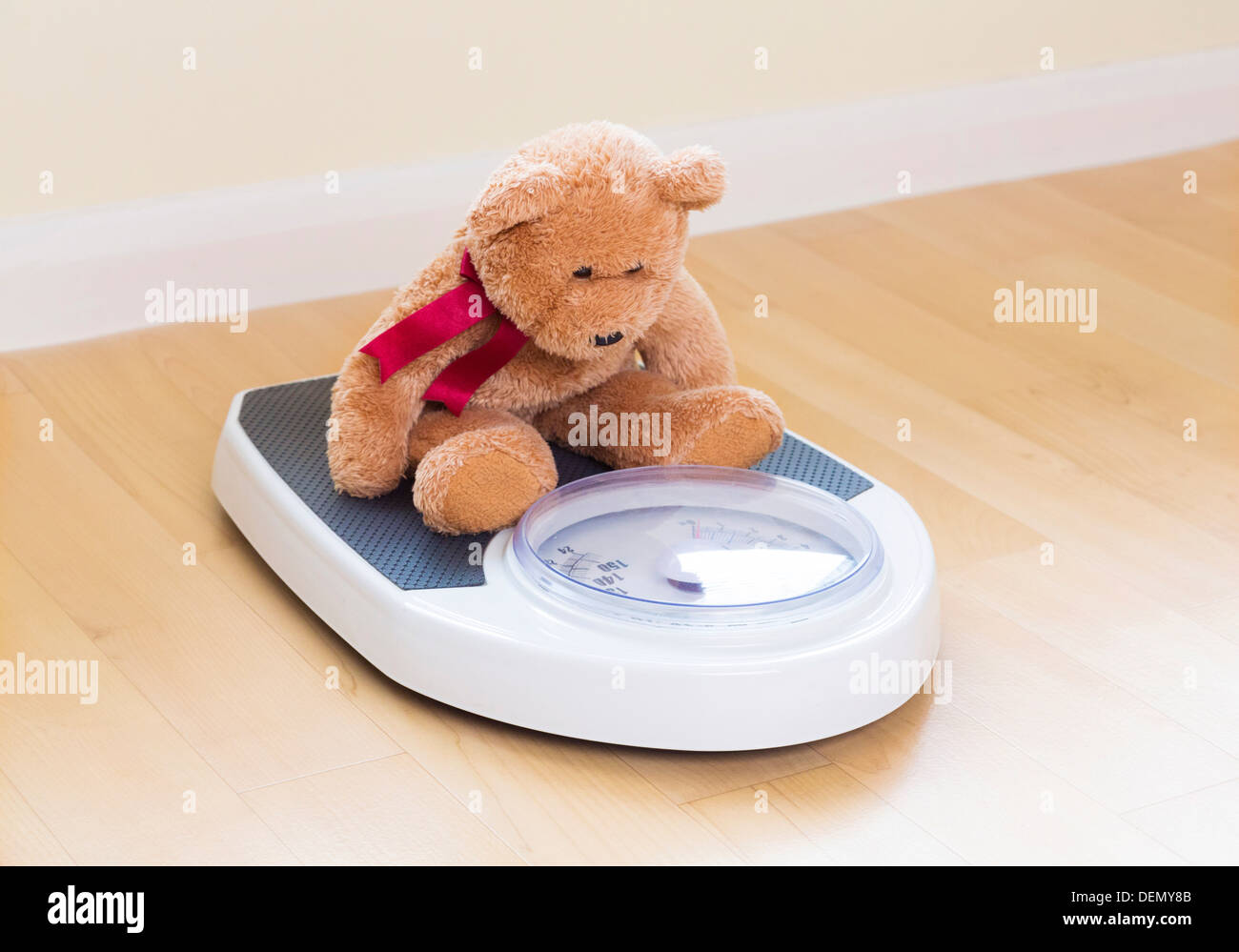 Ours en peluche sur une balance Photo Stock