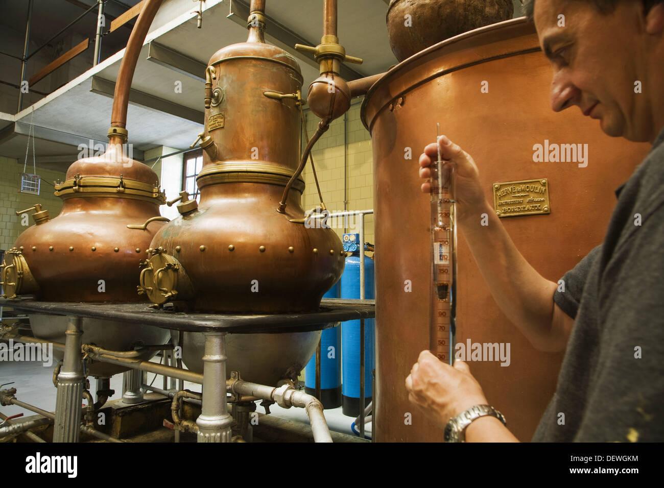 Plus de cent ans dans des alambics distilleries Manuel Acha, Amurrio. L'Alava, Pays Basque, Espagne Photo Stock
