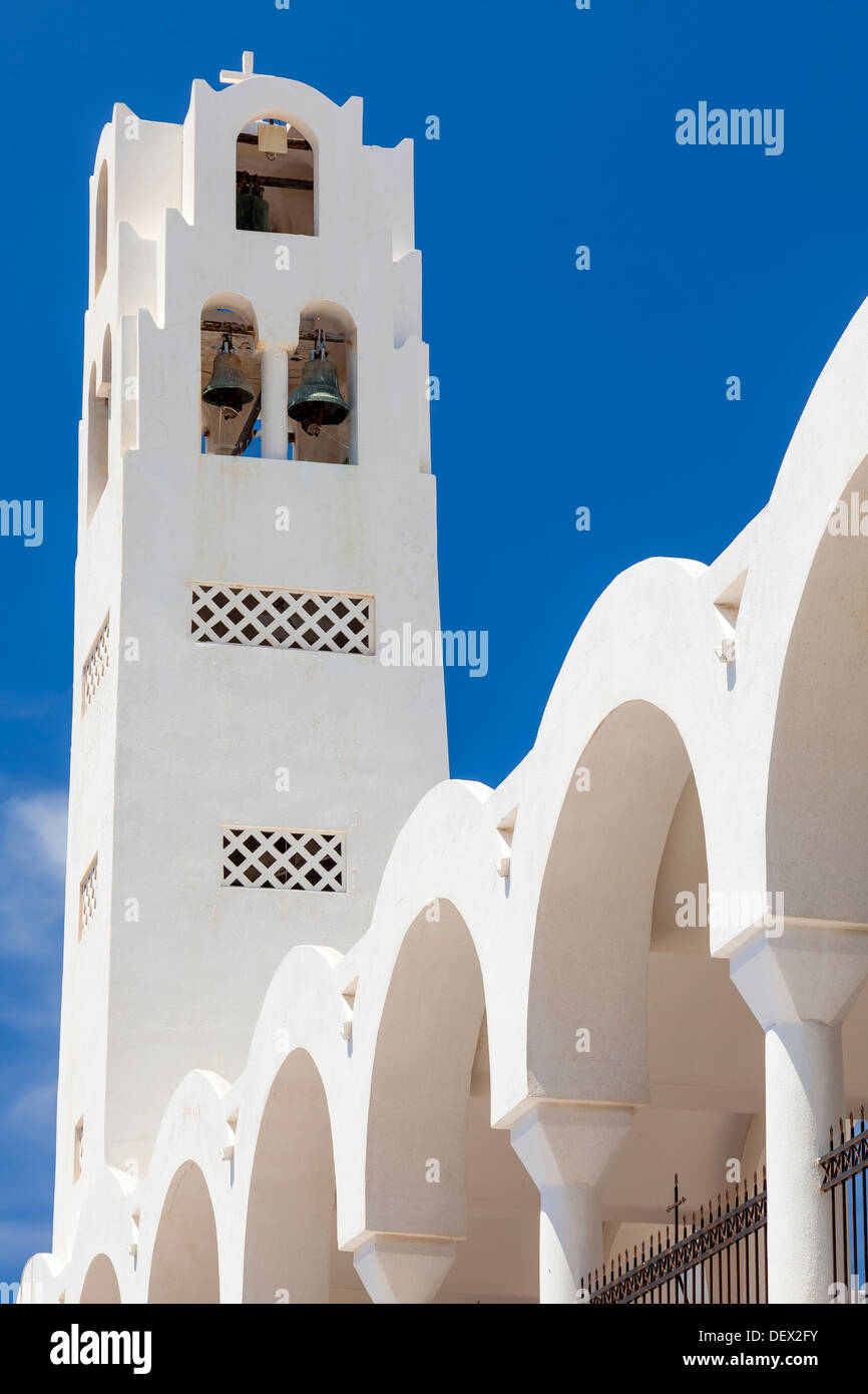 Bell Tower sur la cathédrale orthodoxe métropolitaine Fira (thira) Santorini Grèce Photo Stock