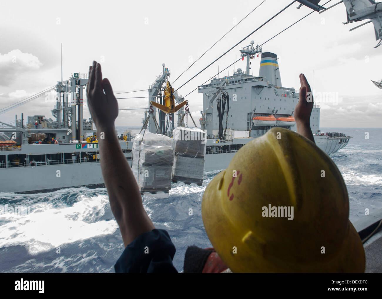 Boatswain's Mates effectuer une reconstitution connecté (CONREP) à bord de l'avant-déployé d'assaut amphibie USS Bonhomme Richard (DG 6) au cours d'une reconstitution en cours avec la reconstitution de la flotte Oiler USNU T-AO Marshalltown (204). Bonhomme Richard est le Photo Stock