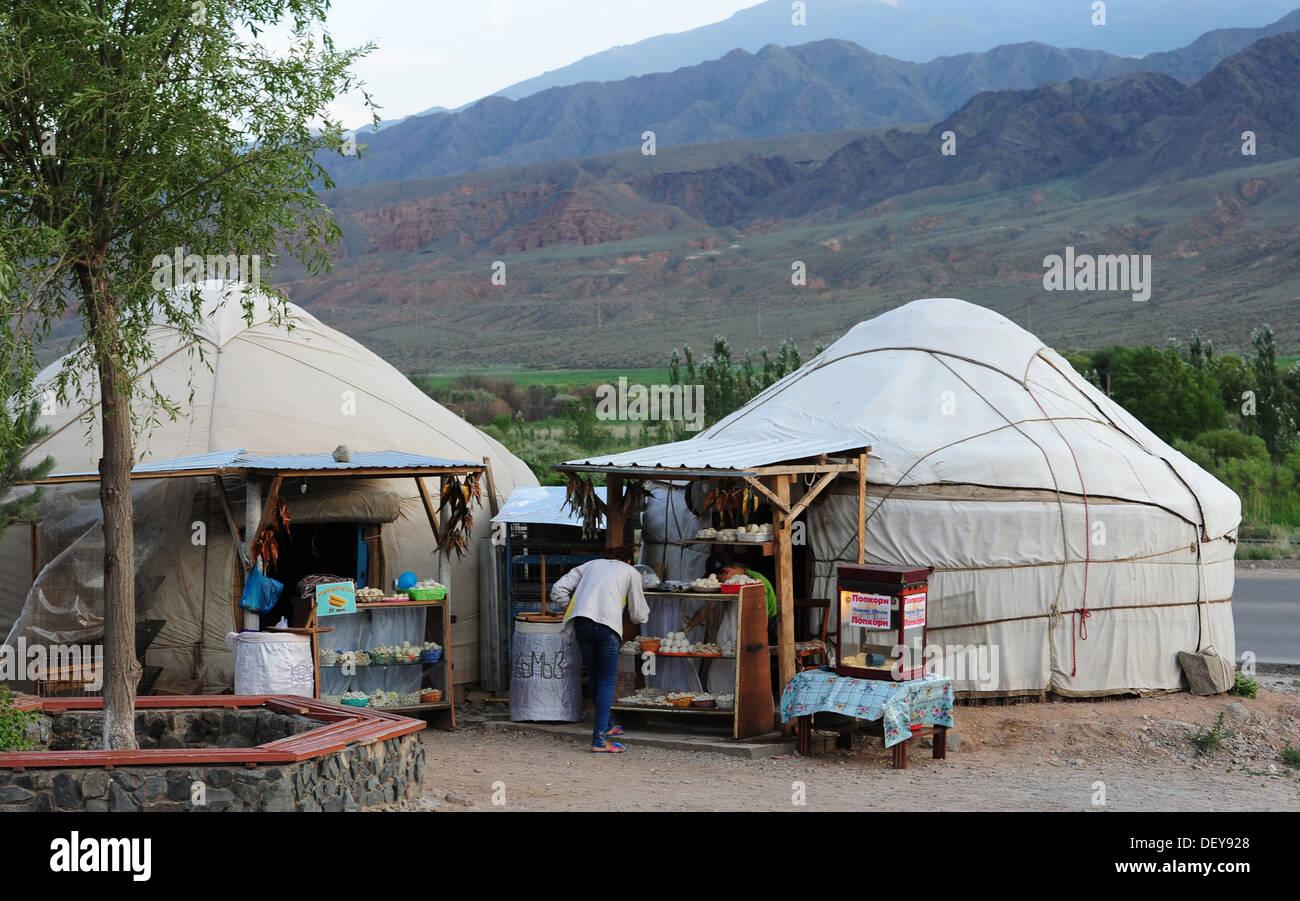 Une femme achète la nourriture dans une yourte au Kirghizistan, le 19 juillet 2013. Les yourtes ont été utilisés comme logements mobiles en Asie centrale pour des milliers d'années. Les yourtes sont encore utilisés dans tout le Kirghizistan que maisons ou de vente de marchandises. Photo Stock