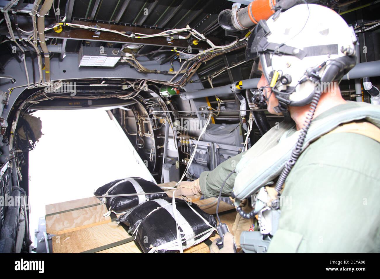 Le s.. Travis Borkowski pousse une palette de repas prêts-à-manger attaché à parachutes hors d'un MV-22B Osprey sur la Vallée-de-Corbeau, CAPAS, Tarlac, République des Philippines, le 19 septembre au cours de l'exercice 2014 débarquement amphibies. Philippine bilatéraux-U.S. Mari Banque D'Images