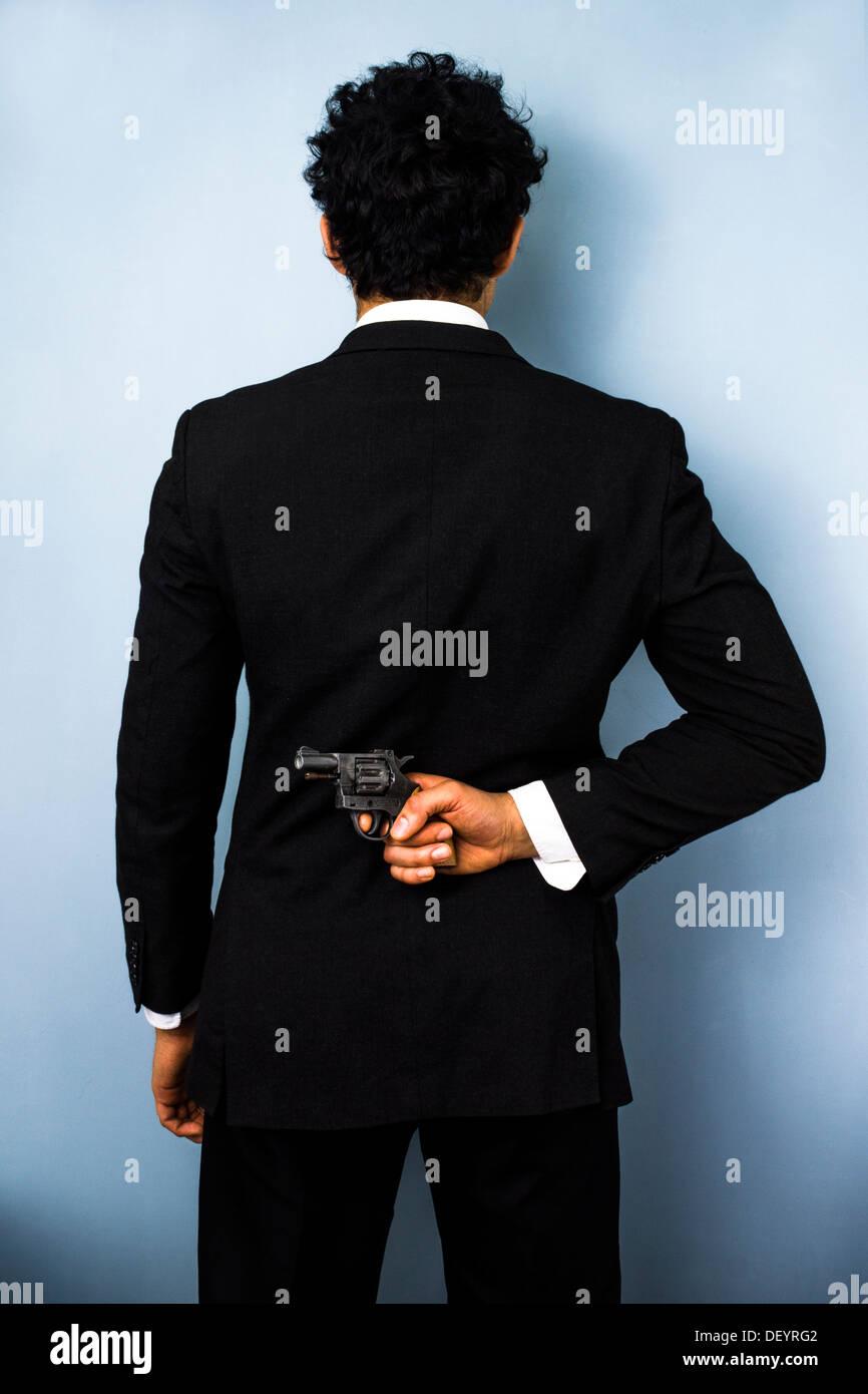 Vue arrière du couple un fusil derrière son dos Photo Stock