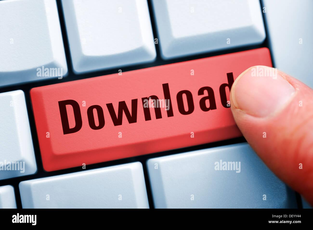 Doigt sur un clavier d'ordinateur avec clé de téléchargement, Computertastatur Download-Taste Fabricants auf mit Photo Stock