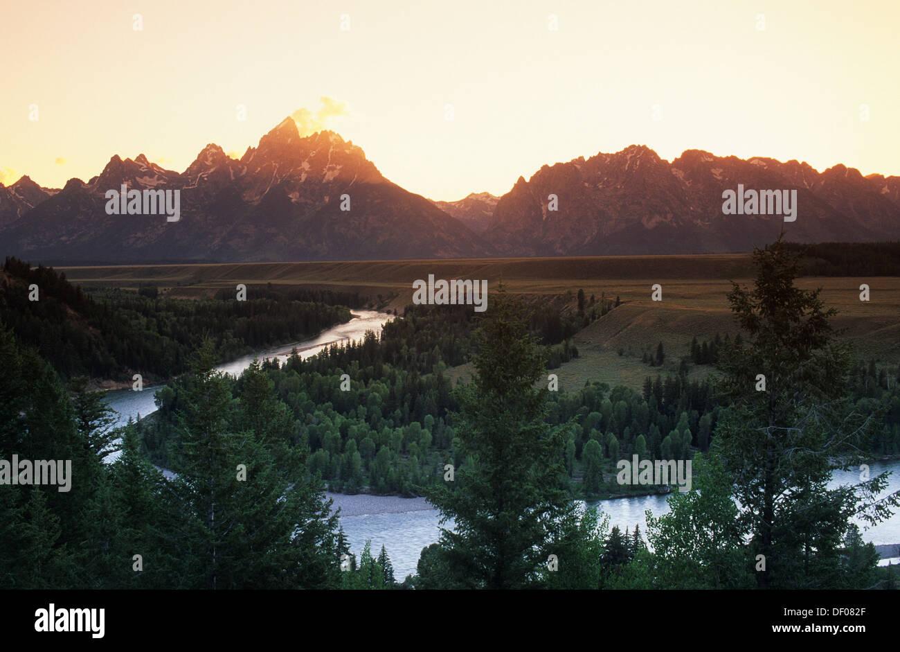 Elk266-1735 Wyoming, Grand Teton National Park, chaîne Teton, coucher de soleil sur la rivière Snake Banque D'Images