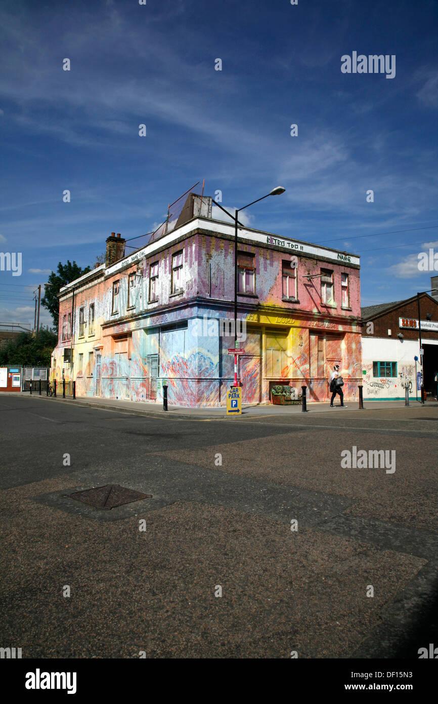 Peint bâtiment abandonné, autrefois le Seigneur Napier pub, sur White Post, Hackney Wick Lane, Londres, Royaume-Uni Photo Stock
