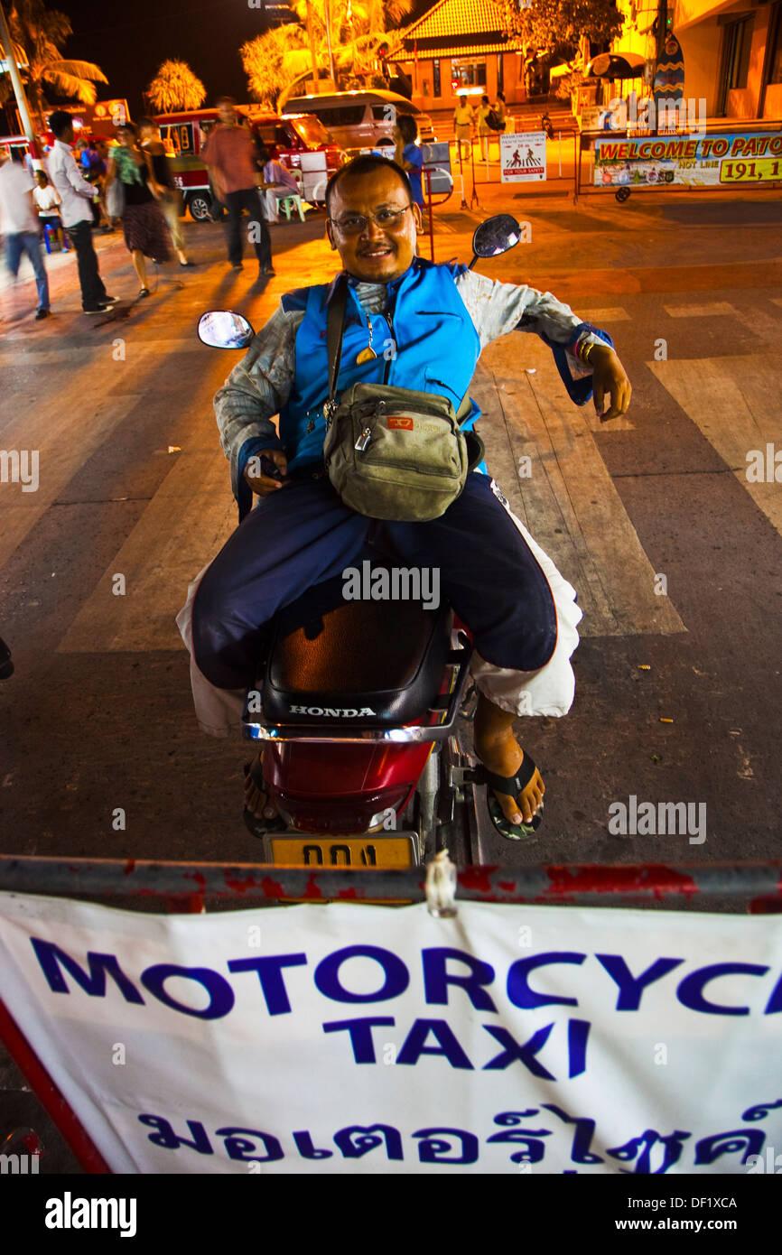Vie nocturne taxi moto Blanga Road Patong Phuket en Thaïlande. Photo Stock