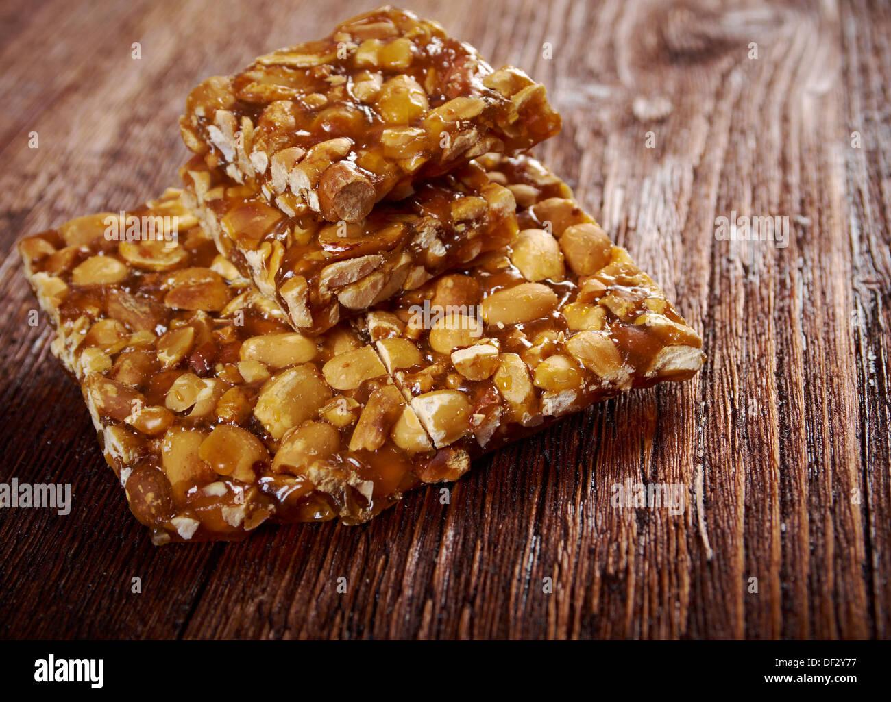 Croquants aux arachides sweet hard on wooden table Photo Stock