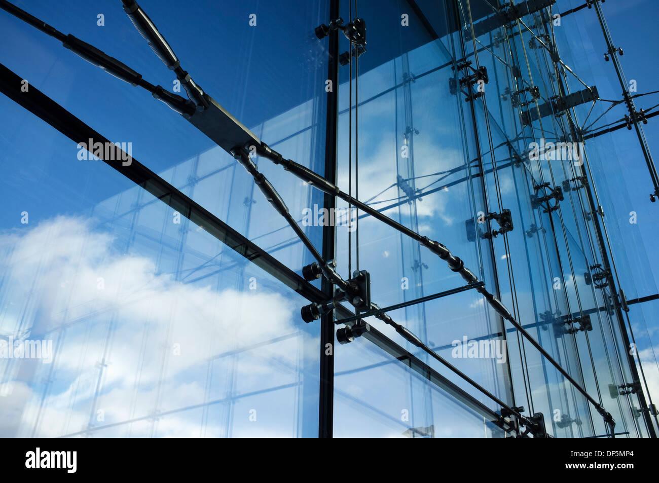 Détail de l'architecture moderne: l'acier et le verre de l'intérieur des structures. Photo Stock