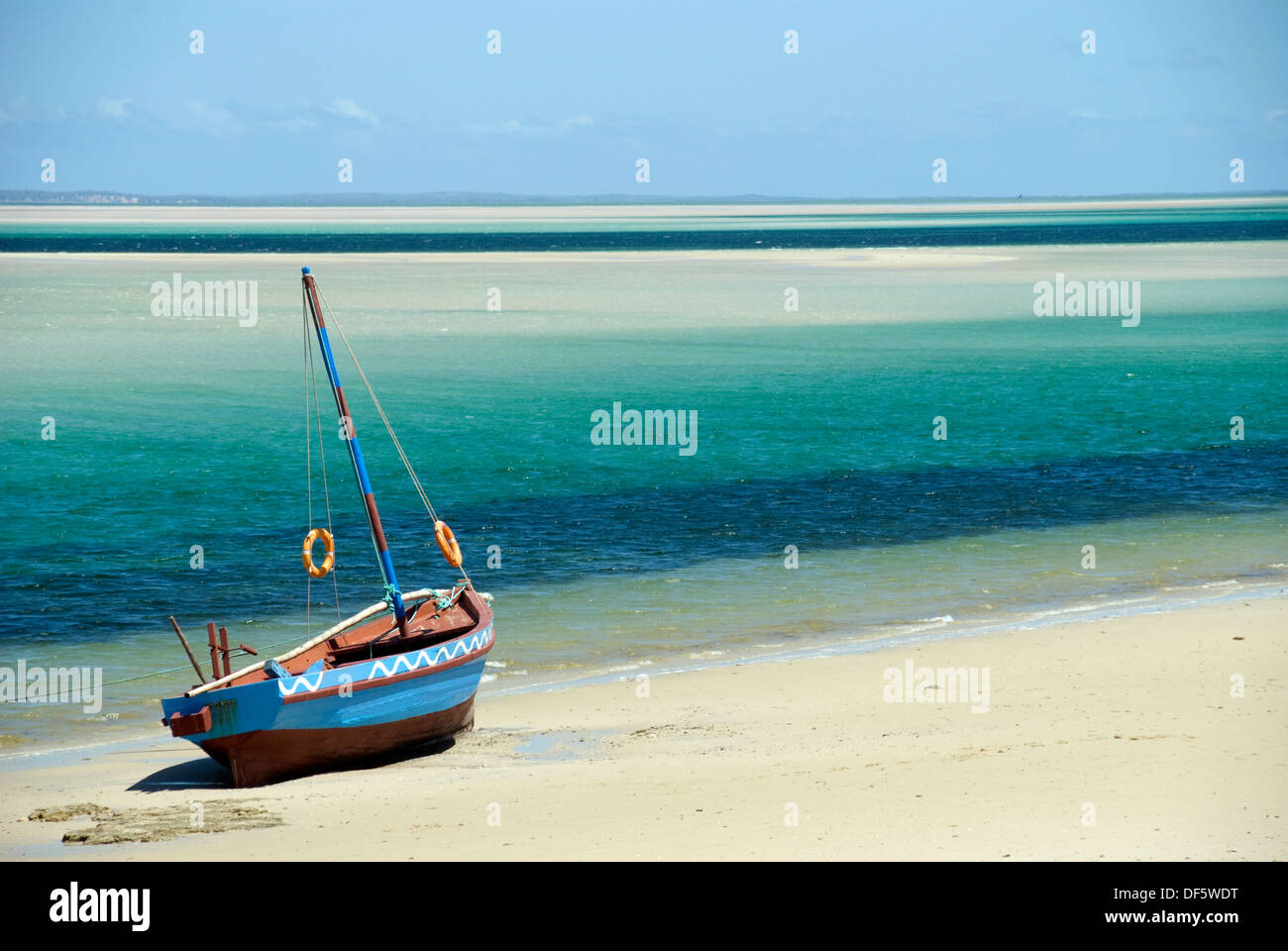 Dhow au bord de l'eau, au Mozambique. Paysage Photo Stock