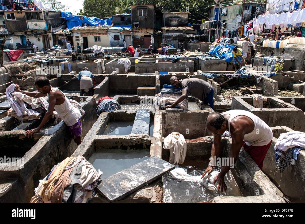 Les hommes indiens laver les vêtements à Mahalaxmi Dhobi Ghat ou laverie Mumbai Inde Photo Stock
