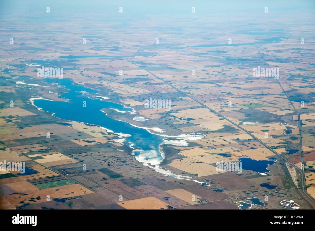 Photo aérienne de lacs salins dans les paysages agricoles des prairies Photo Stock