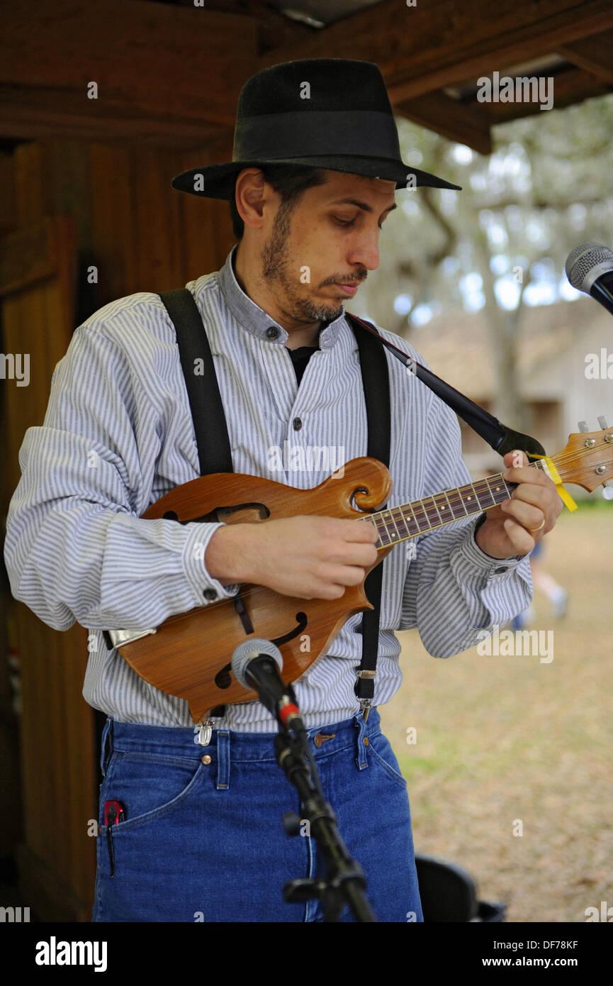 Guitariste joue avec la famille agréable groupe de country à Cracker Pays Floride living history museum situé sur le Photo Stock