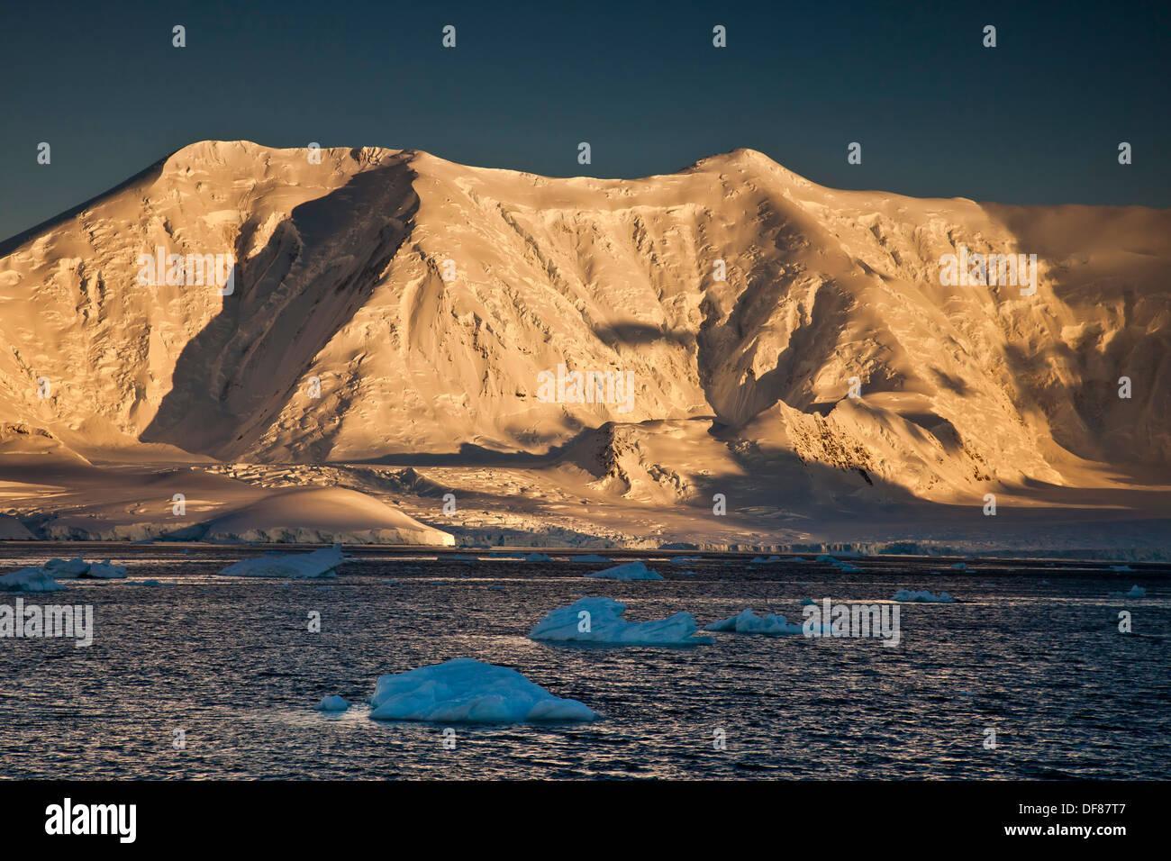 Mt Francais, 2825 mètres, plus haut sommet de l'Île Anvers, au coucher du soleil, le détroit de Gerlache, péninsule antarctique. Photo Stock