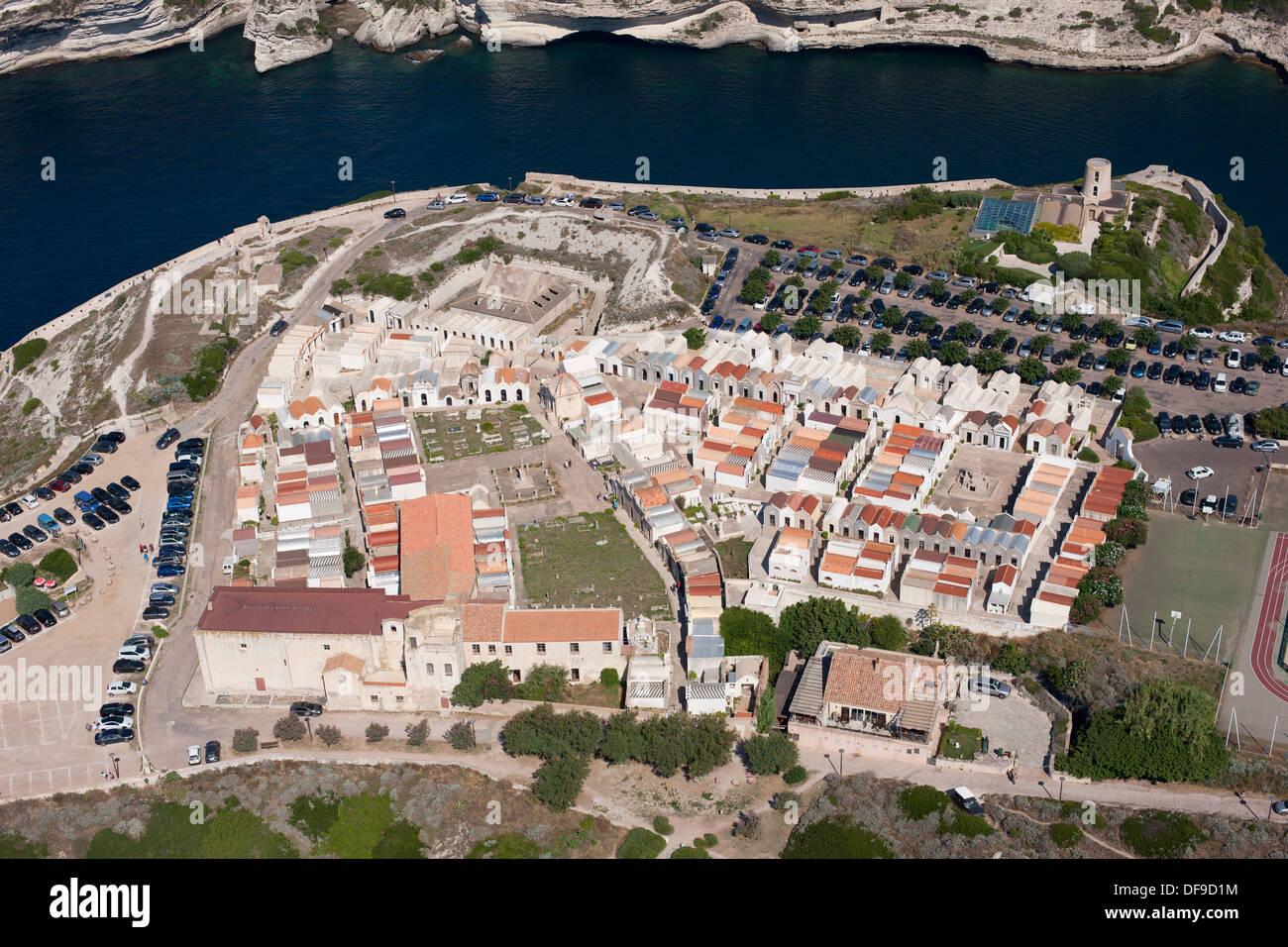 """Cimetière SUR UNE FALAISE DONNANT SUR UNE PRISE D'EAU DE MER (vue aérienne). Le Cimetière marin de Bonifacio, Corse, France"""". Photo Stock"""