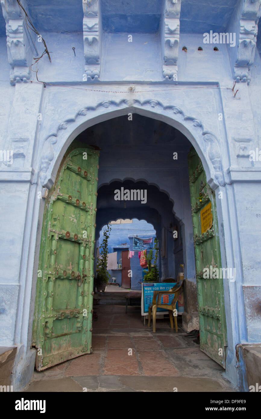 """Jodhpur est souvent qualifiée de """"ville bleue"""" en raison de la maisons peintes en bleu vif autour du Fort Mehrangarh. Banque D'Images"""