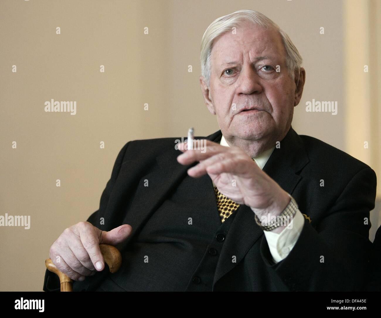 L'ancien chancelier allemand Helmut Schmidt participe à la cérémonie de remise des Prix des Journalistes Helmut Schmidt le 13 octobre en 2005. Banque D'Images