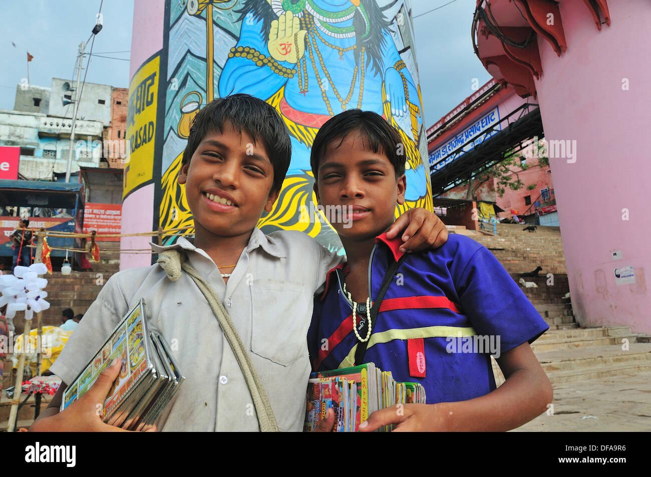 Jeunes Frères vendre post card toute la journée dans le ghat par le Gange Photo Stock