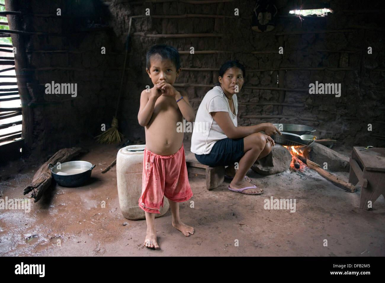 La femme et son enfant. Les membres de la communauté Tamaquito, vivant près de la mine de charbon à ciel ouvert Cerrejon. Colombie-britannique Photo Stock