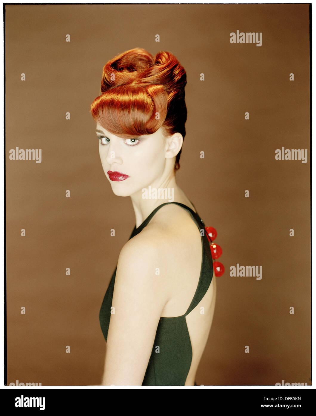 Portrait de jeune femme en robe du soir Photo Stock