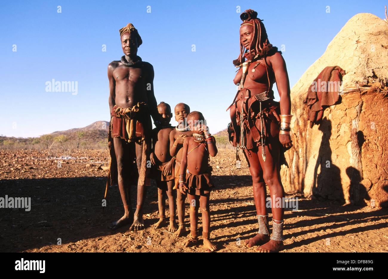Famille Himba. Kaokoveld. La Namibie. Photo Stock