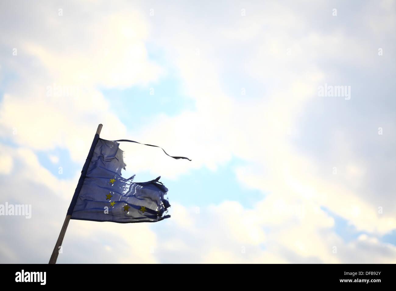La rupture d'un drapeau de l'Union européenne Photo Stock