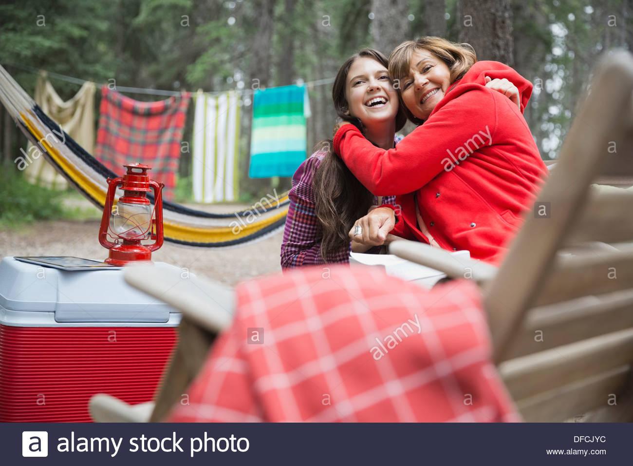 Grand-mère affectueuse et petite-fille de camping Photo Stock