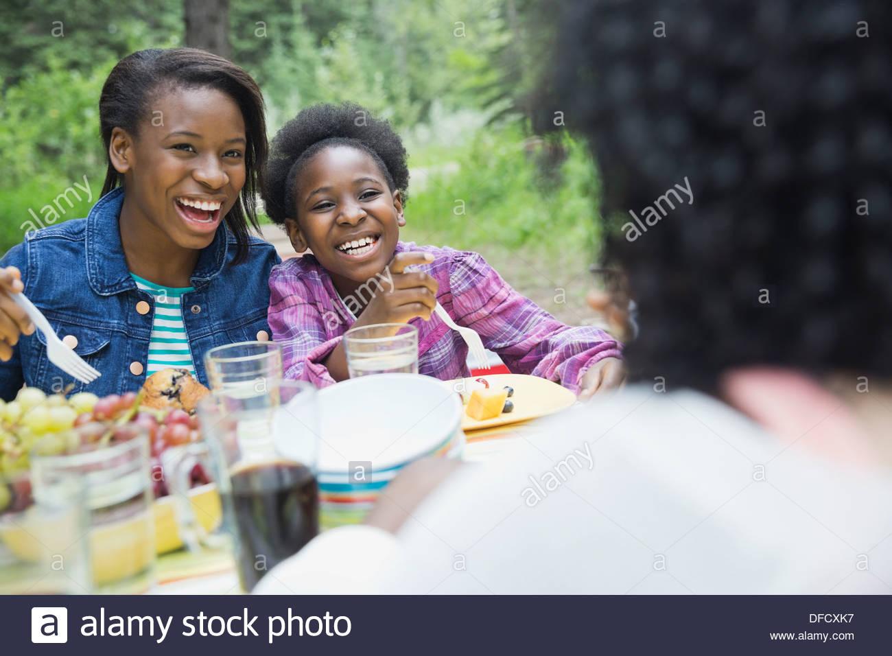 Frères et sœurs ayant un repas au camping Photo Stock