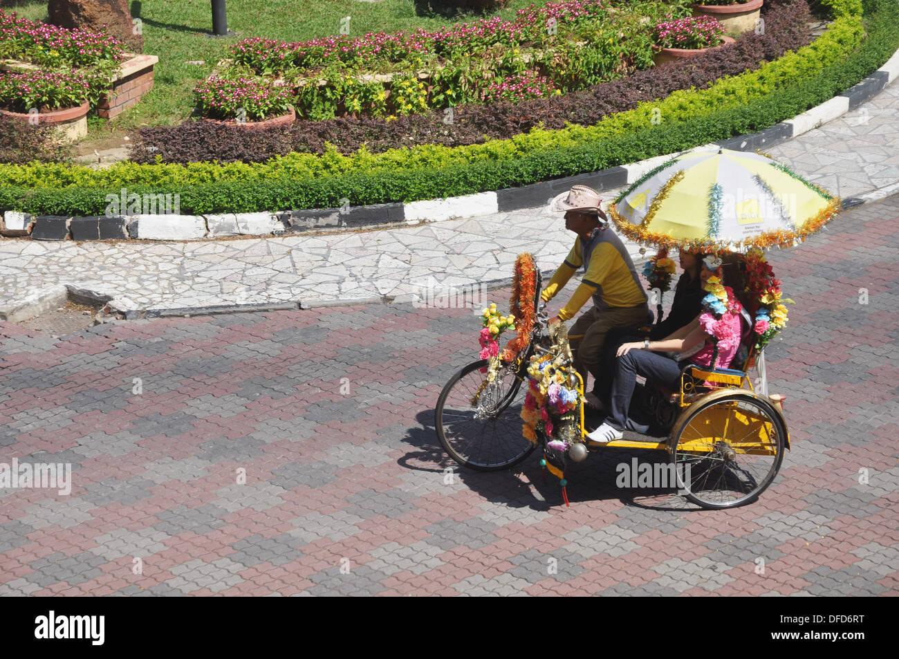 un rickshaw dans la ville