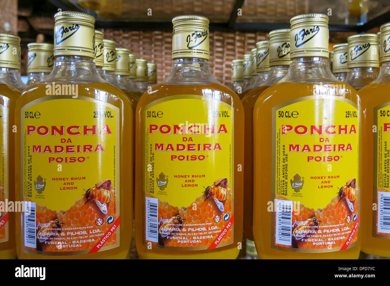 Bouteilles de Poncha, une boisson alcoolisée locale à Madère Photo Stock