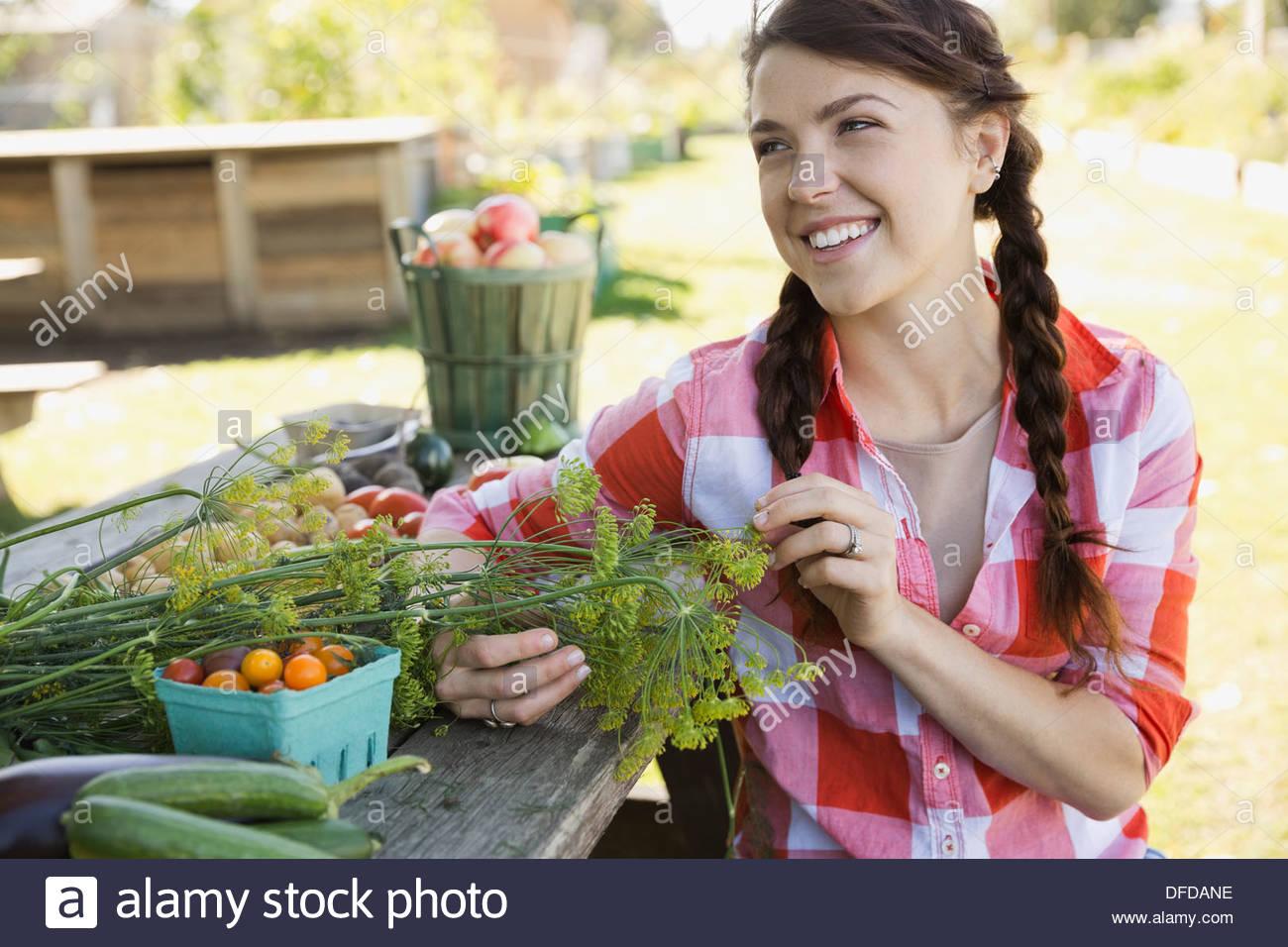 Femme assise à côté de récolter les fruits et légumes Photo Stock