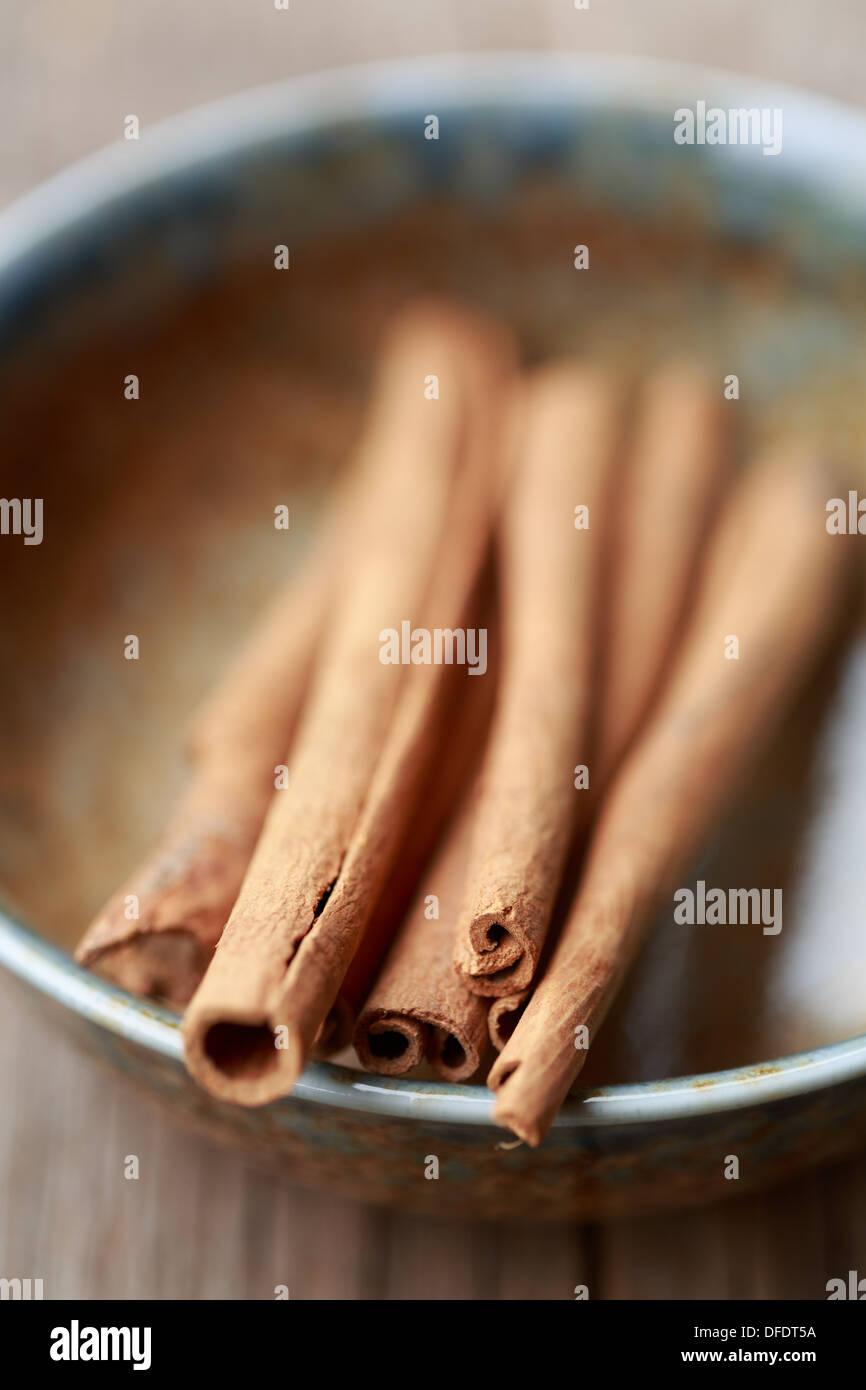 Les bâtons de cannelle dans un bol Photo Stock