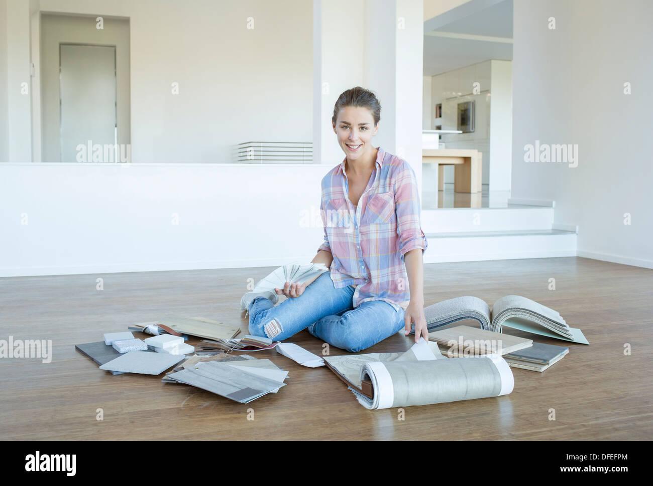 Tapis et peinture femme affichage des nuanciers dans salon vide Banque D'Images