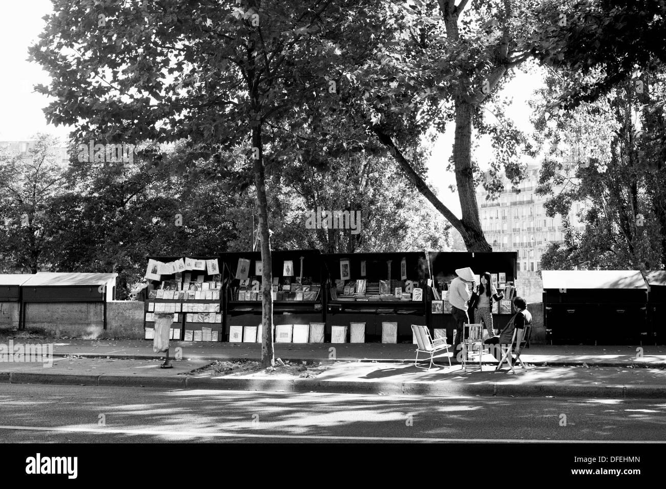 Les touristes à la recherche à un décrochage sur les bords de Seine à Paris, France. Banque D'Images