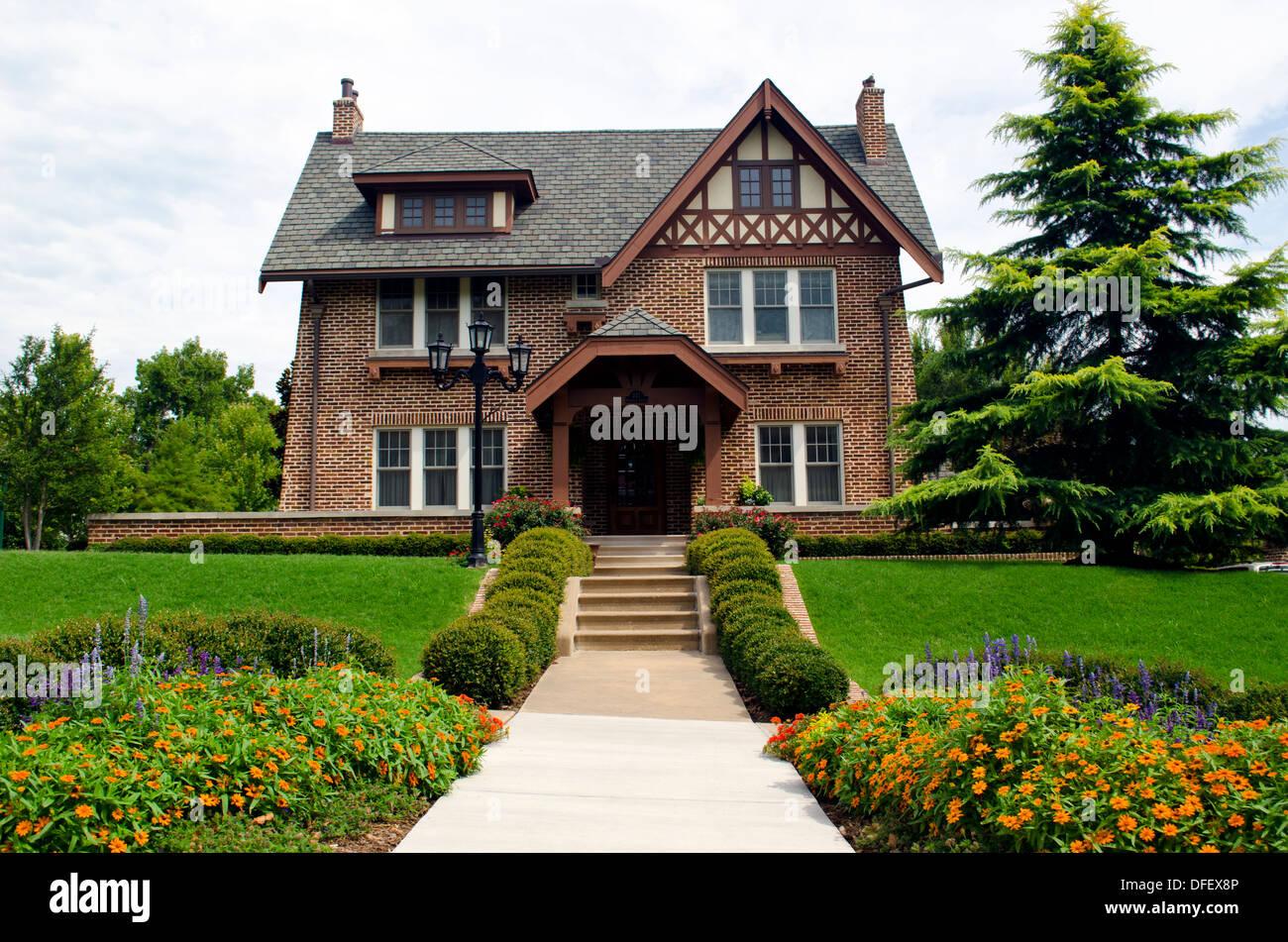 Vue Avant De La Maison En Brique De Style Tudor Anglais Avec Jardins